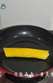 马兰核桃鸡蛋卷,卷起来,注意要卷的稍微紧一点。