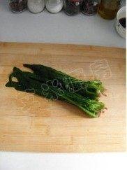 姜蒜香汁菠菜,把菠菜多余的水分挤净