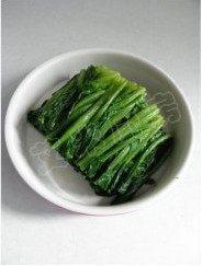 姜蒜香汁菠菜,切好的菠菜摆放在盘中