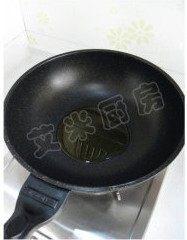 姜蒜香汁菠菜,炒锅倒油烧热
