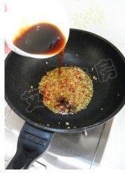 姜蒜香汁菠菜,倒入调味汁,中火烧开