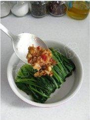 姜蒜香汁菠菜,熬好的姜蒜香汁淋在菠菜上即可