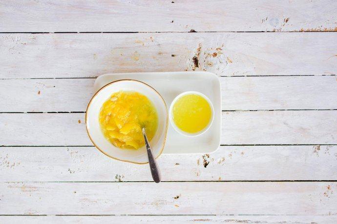 柠檬塔,我想得到浓郁的柠檬风味但不想直接将柠檬皮屑加入甜点中,可以用以下方式:用食用盐清洗柠檬外皮的霜蜡后,两颗柠檬榨汁,外皮切片后浸泡在80ml左右的纯净水中,待使用时过滤所得<a style='color:red;display:inline-block;' href='/shicai/ 4818'>柠檬水</a>在进行称量