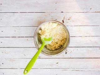"""柠檬塔,借助刮刀划""""1""""字混合黄油与粉,呈现出细碎的颗粒状后即可,不要过度"""