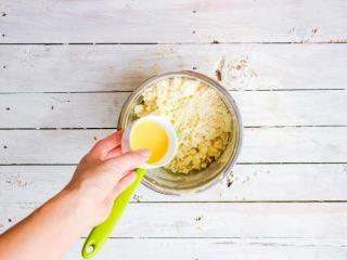 柠檬塔,柠檬水+蛋黄混合均匀后倒入粉油颗粒物中