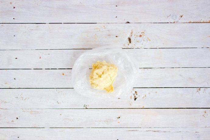 柠檬塔,装入保鲜袋中,冰箱冷藏过夜