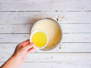 柠檬塔,缓慢的倒入柠檬汁,一边加入一边借助打蛋器搅打混合