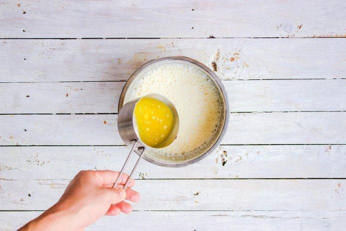 柠檬塔,柠檬酱中的黄油融化室温后缓慢倒入,一边加一边搅拌