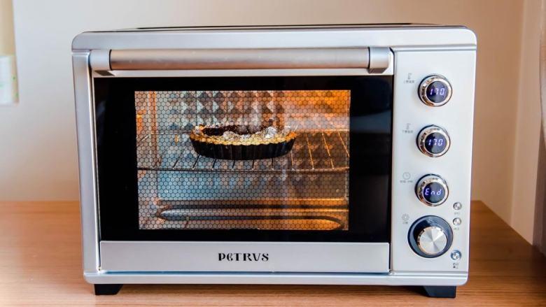 柠檬塔,烤箱提前预热:170度 中层 上下火  20-25分钟左右 边缘略微上色(塔皮中需放置油纸或锡纸倒入小碎石镇压,家里储备的杂粮豆子也可以)