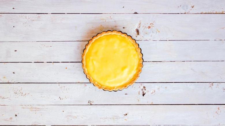 柠檬塔,烘烤后的热塔皮很酥脆,建议冷藏食用前再脱模(个人觉得冷藏后取出回温在食用口感最佳)