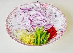 姜爆回锅排骨,青红椒切丝,洋葱切丝,姜一半切丝,一半切片,蒜切片,豆豉切碎备用。