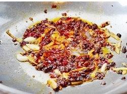 姜爆回锅排骨,锅烧热,加入食用油,加入姜蒜,豆豉,豆瓣酱翻炒出香味。