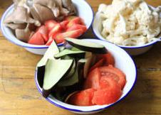 蔬菜牦牛肉锅 ,期间处理蔬菜,番茄去皮切片,花菜、平菇撕小块,茄子切厚片,红萝卜切小滚刀