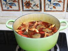 蔬菜牦牛肉锅 ,牛肉汤锅差不多后,先加入平菇和红萝卜,小火煮十分钟左右