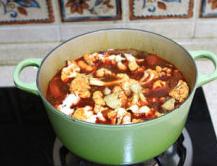 蔬菜牦牛肉锅 ,放入花菜小火煮开