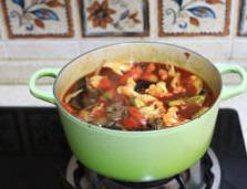 蔬菜牦牛肉锅 ,小火煮几分钟就好了,试情况放少许盐,撒香菜末