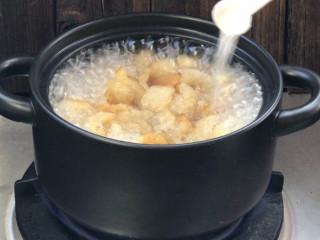 青番茄肉皮猪血汤,加盐,转中火煮10分钟