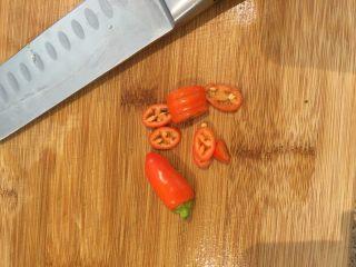 墨西哥牛排卷饼,辣椒是自己买的泰式辣椒盆栽,一年一结果,今年第二年。没有步骤就是想显摆一下~你打我呀~~