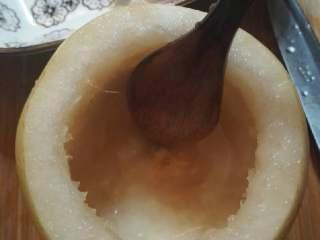 冰糖炖雪梨,借助小刀和勺子,挖出核和部分梨肉。(核不要丢掉,放一起蒸,止咳效果核不错喔!)