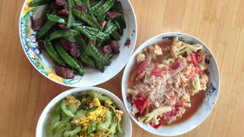 黄瓜炒蛋,腊肠炒荷兰豆,花菜炒西红柿金针菇
