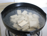家常烧豆腐,水开下切好的豆腐煮半分钟左右。