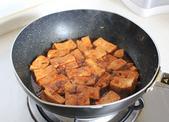 家常烧豆腐,如果觉得调料汁的量少不够煮1分钟的话,可以加量少煮豆腐的水进去同煮。