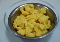天鹅泡芙,将烫熟的面团掰成一小块,等待其自然冷却。