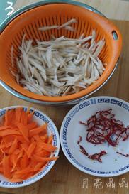 香炒牛蒡,牛蒡小片在醋水中泡10分钟后,捞出沥干水份。胡萝卜去皮,也像削铅笔一样用小刀削成小片。干辣椒取出辣椒籽,切小圈备用。