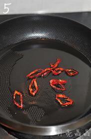 香炒牛蒡,锅中倒入少许油,小火煸香干辣椒圈