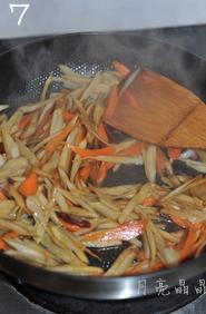 香炒牛蒡,倒入一小勺料酒、一勺白糖和两勺生抽,快速翻炒均匀