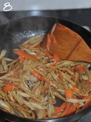 香炒牛蒡,撒上一些焙香的白芝麻,装盘出锅