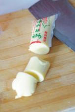 蚝油虾仁玉子豆腐,玉子豆腐连袋从中间切一刀,然后挤出来切段。(这样切不容易碎)