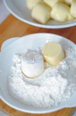 蚝油虾仁玉子豆腐,玉子豆腐均匀的蘸上淀粉。