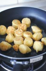 蚝油虾仁玉子豆腐,用油煎至金黄色。