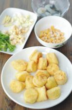 蚝油虾仁玉子豆腐,笋、青椒切丁、蒜拍碎,姜切丝待用。