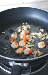 蚝油虾仁玉子豆腐,锅热油,爆香姜蒜,下虾仁。