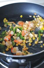 蚝油虾仁玉子豆腐,再加玉米粒、青椒和笋丁翻炒翻炒。
