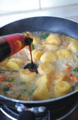 蚝油虾仁玉子豆腐,加适量清水和蚝油。