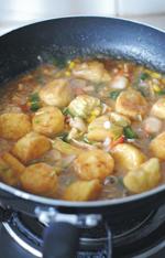 蚝油虾仁玉子豆腐,加少许盐、糖调味。