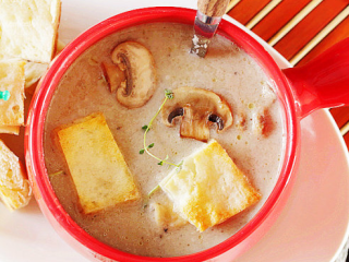 法式奶油蘑菇汤,起锅后,加入百里香(或香菜碎),完成