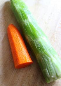 凉拌香蒜葱油莴苣,莴苣去皮;红萝卜去皮