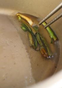 凉拌香蒜葱油莴苣,取锅,入色拉油后放入葱段,小火炸葱至焦黄,后将葱段取出不用