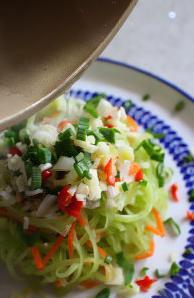 凉拌香蒜葱油莴苣,滚热的葱油均匀淋在辛香末上,混拌后即可食用!