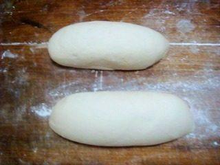猪肉豆角大包子,面粉中放入面肥加水和成面团,饧发3小时左右至2倍大小。发好的面团加碱面揉匀,切开