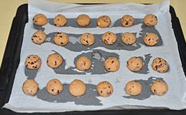 草莓雪球,放入预热好170度的烤箱中层,烤15分钟左右