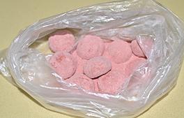 草莓雪球,保鲜袋中将糖霜和草莓粉混合均匀,烤好的饼干稍晾一会,尚有余温时放入袋中,翻动饼干使其均匀沾满草莓糖粉即可。