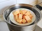 红豆薯圆糖水,红薯、紫薯洗净去皮,切块,上蒸锅蒸20分钟至熟透