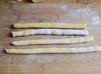 红豆薯圆糖水,将面团分成若干份,将每一份小面团搓成长条。