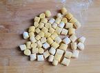 红豆薯圆糖水,用刀切成小块,并撒些散粉防止粘连。如果觉得不美观就手动整一下型。一次吃不完的话可以多撒一些散粉,然后装进保鲜袋冻起来保存。