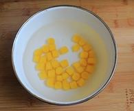 红豆薯圆糖水,将煮好的红薯圆放入冰水中冰一下会更Q。